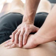 Craquement articulaire pendant une séance d'ostéopathie