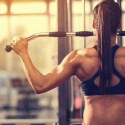 femme musclant le muscle trapèze