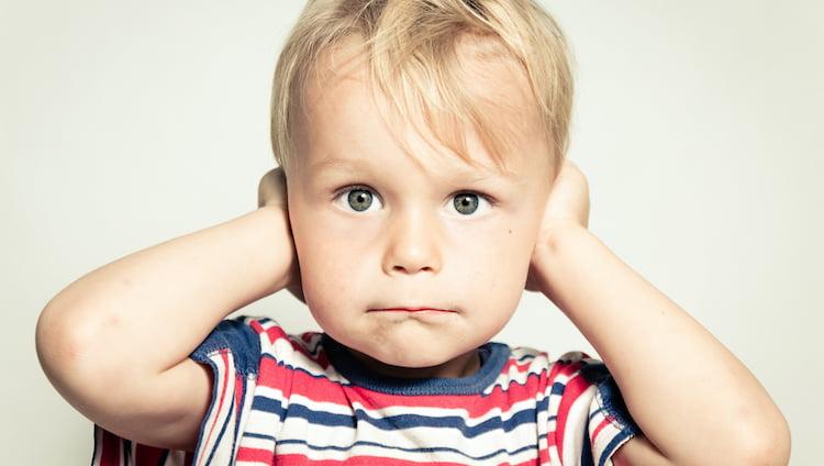 otite enfant se bouchant les oreilles