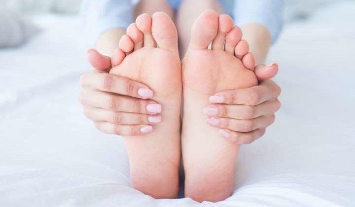 pied massé par une femme suite à douleurs