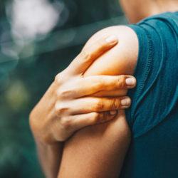 noeud musculaire sur une personne se tenant l'épaule